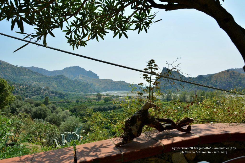 Amendolea_(RC)_Agriturismo_Il_Bergamotto_esterno del casale, con vista sulla fiumara Amendolea.