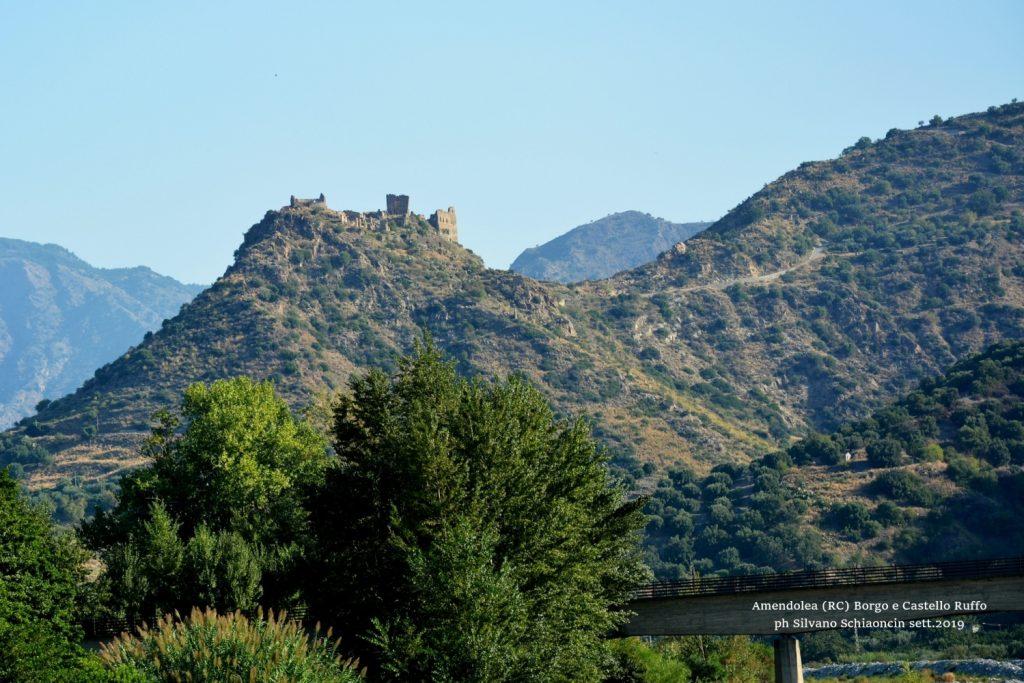 """Amendolea_(RC)-Il Borgo antico e il Castello dei Ruffo di Calabria (XII sec.) visti dalla fiumara """"Amendolea""""."""