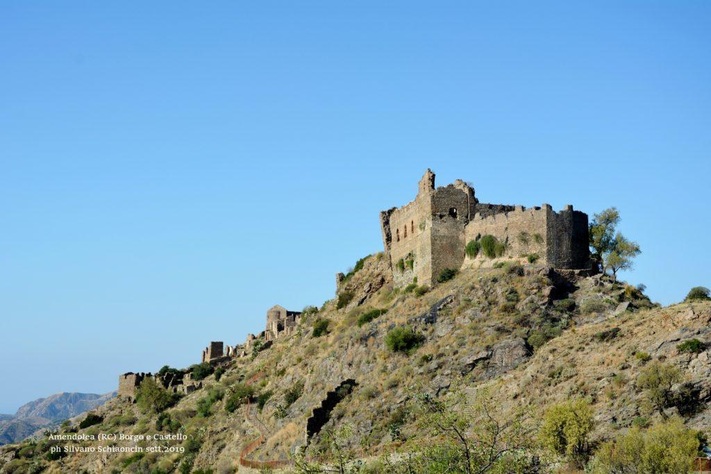 Amendolea_(RC)_Il Castello dei Ruffo di Calabria (XII sec.) e il Borgo antico (ruderi).