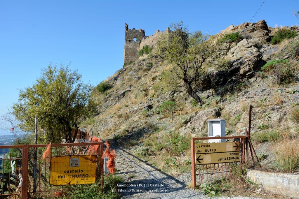 Amendolea_(RC)_Ingresso al Castello dei Ruffo di Calabria (XII sec.).