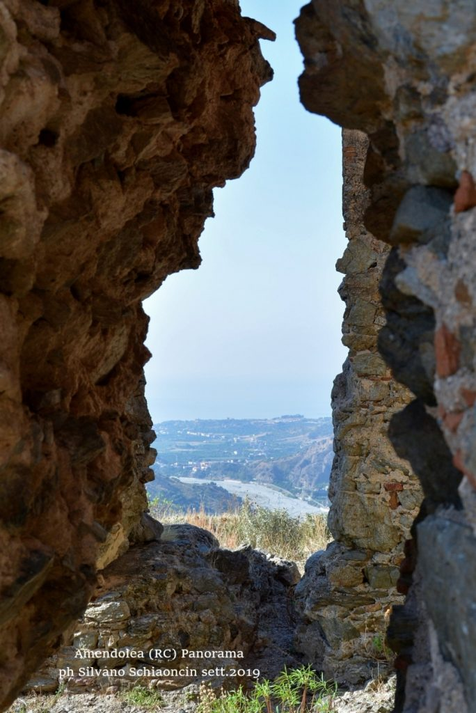 Amendolea_(RC)_Il Castello dei Ruffo di Calabria (XII sec.)(ruderi). Panorama sulla Fiumara Amendolea.