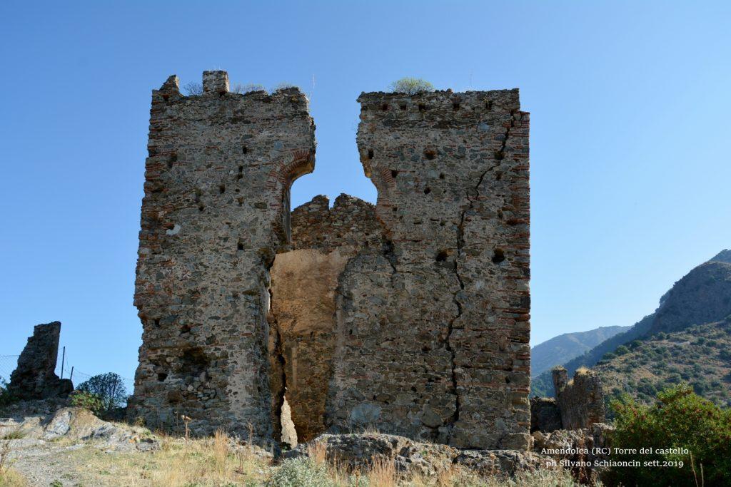 Amendolea_(RC)_ La Torre del Castello dei Ruffo di Calabria (XII sec.)(ruderi).
