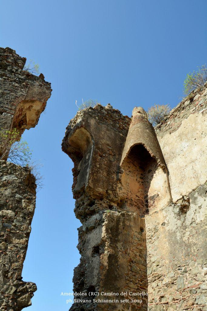 Amendolea_(RC)_Camino del Castello dei Ruffo di Calabria (XII sec.)(ruderi).