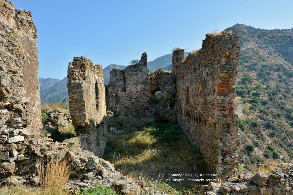 Amendolea_(RC)_Il Castello dei Ruffo di Calabria (XII sec.) (ruderi).