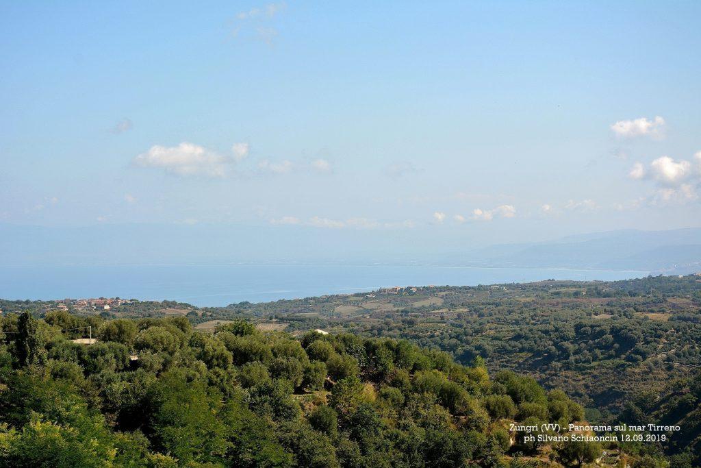 """Zungri_(VV)_Insediamento Rupestre degli """"Sbariati"""". Panorama verso il Mar Tirreno."""