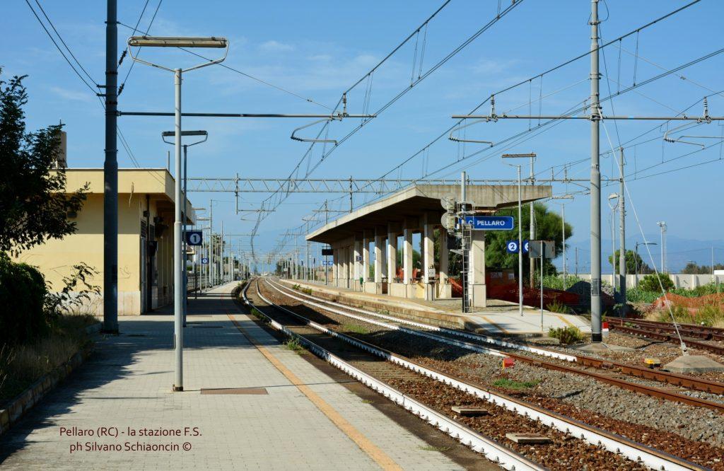 Da Pellaro (RC) a Roccella Jonica (RC): il mare visto dal finestrino del treno. la stazione ferroviaria di Pellaro(RC).