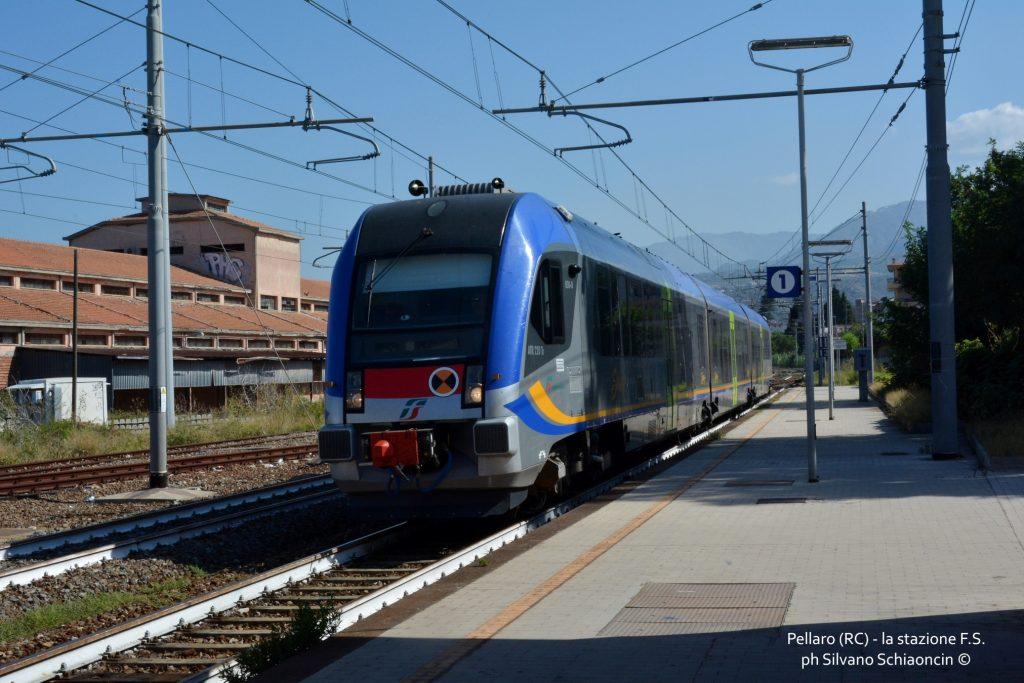 Da Pellaro (RC) a Roccella Jonica (RC): il mare visto dal finestrino del treno. Il treno alla stazione ferroviaria di Pellaro(RC).