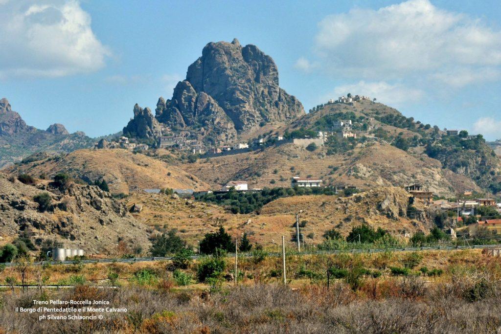 Da Pellaro (RC) a Roccella Jonica (RC): il mare visto dal finestrino del treno. Il Borgo antico di Pentedattilo (RC) e il monte Calvario.