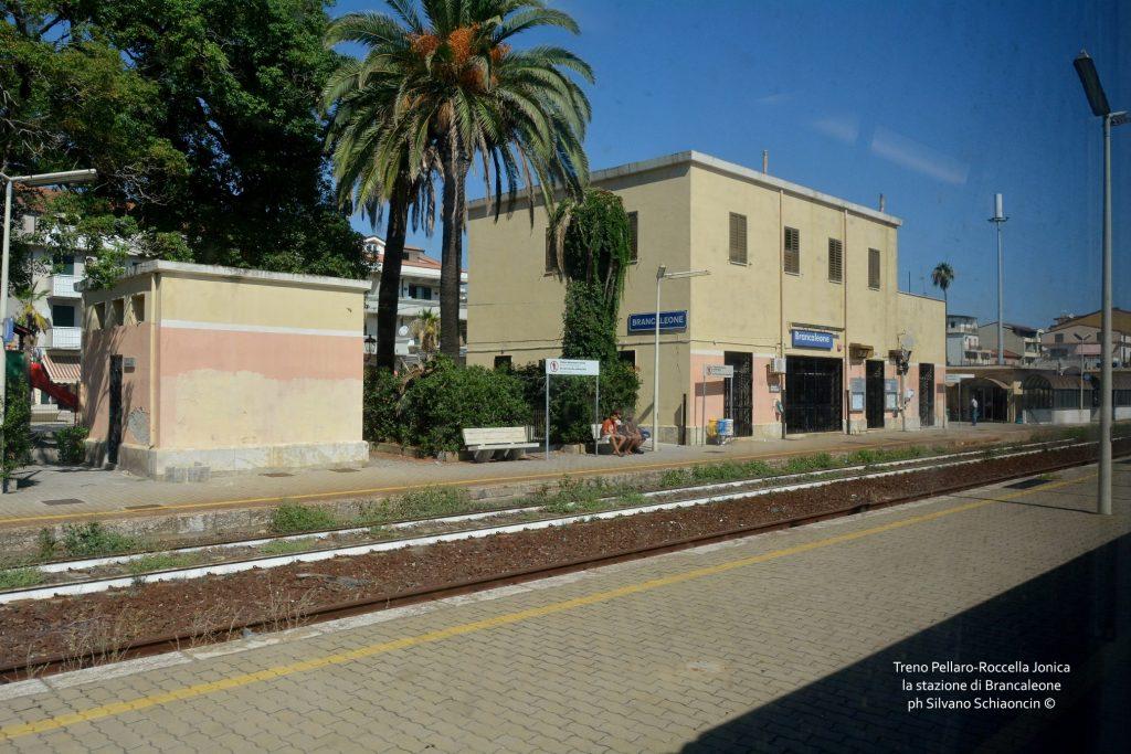 Da Pellaro (RC) a Roccella Jonica (RC): il mare visto dal finestrino del treno. La stazione ferroviaria di Brancaleone (RC).