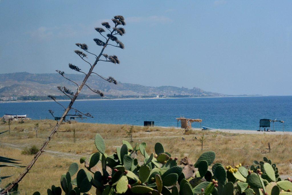 Da Pellaro (RC) a Roccella Jonica (RC): il mare visto dal finestrino del treno.