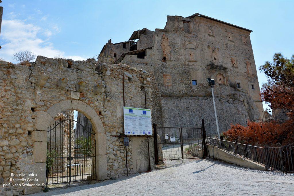 Da Pellaro (RC) a Roccella Jonica (RC): il mare visto dal finestrino del treno. Il castello Carafa di Roccella Jonica.