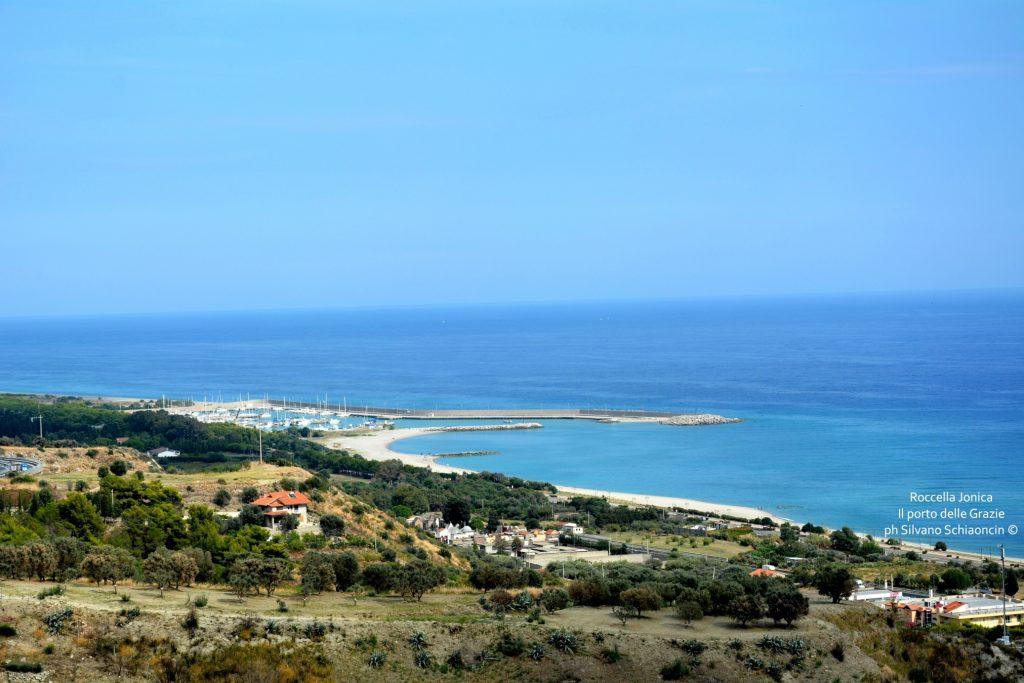 Da Pellaro (RC) a Roccella Jonica (RC): il mare visto dal finestrino del treno. Il porto delle Grazie di Roccella Jonica.