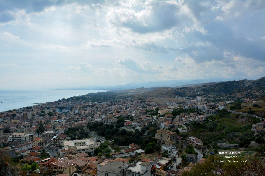 Da Pellaro (RC) a Roccella Jonica (RC): il mare visto dal finestrino del treno. Panorama di Roccella Jonica visto dal castello Carafa.