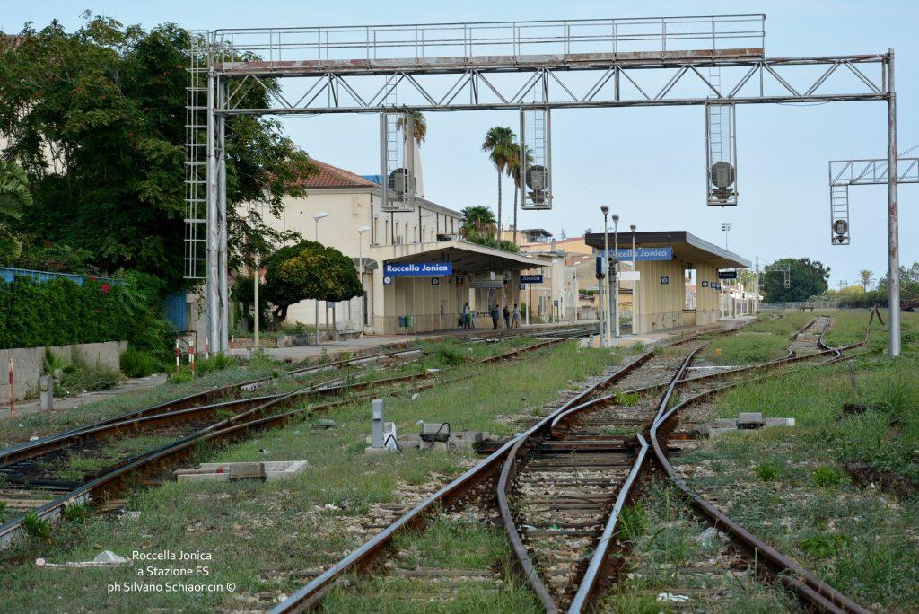 Da Pellaro (RC) a Roccella Jonica (RC): il mare visto dal finestrino del treno. La stazione delle Ferrovie di Roccella Jonica.