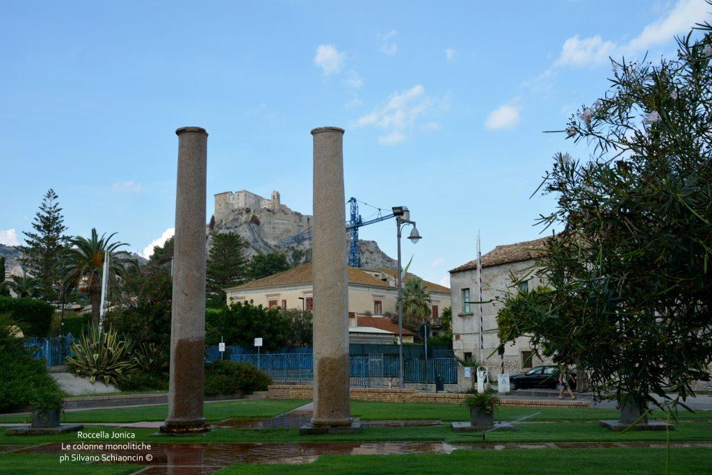Da Pellaro (RC) a Roccella Jonica (RC): il mare visto dal finestrino del treno. Le colonne monolitiche di Roccella Jonica.