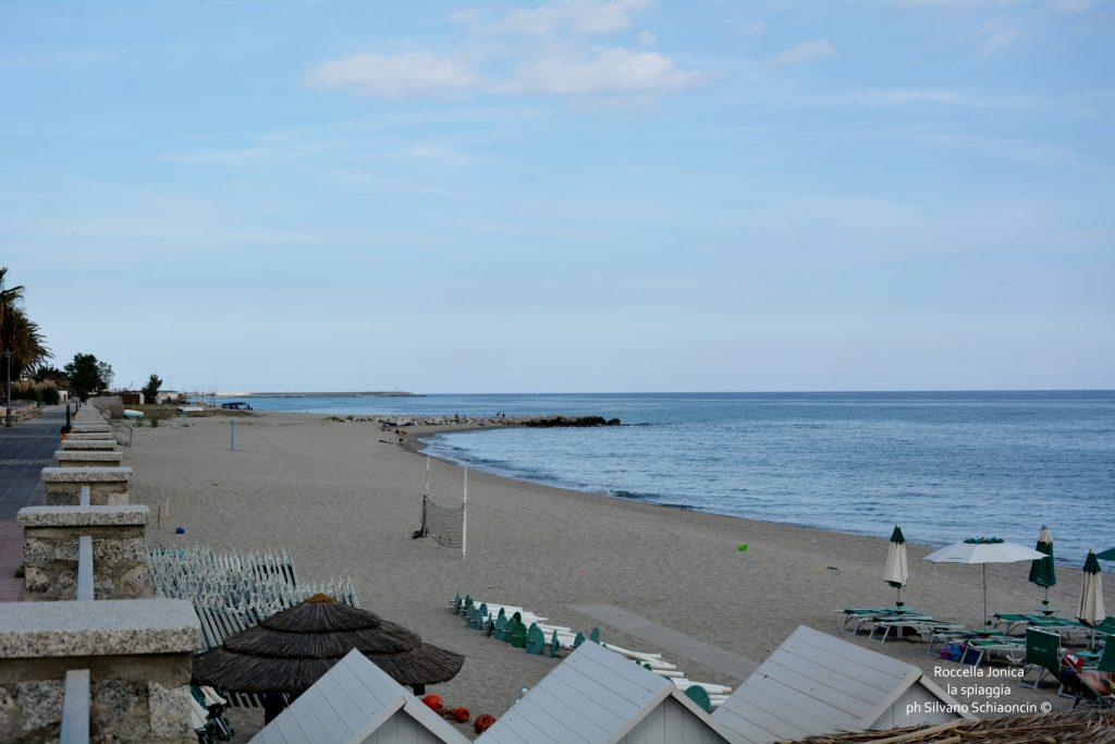 Da Pellaro (RC) a Roccella Jonica (RC): il mare visto dal finestrino del treno. La spiaggia di Roccella Jonica.