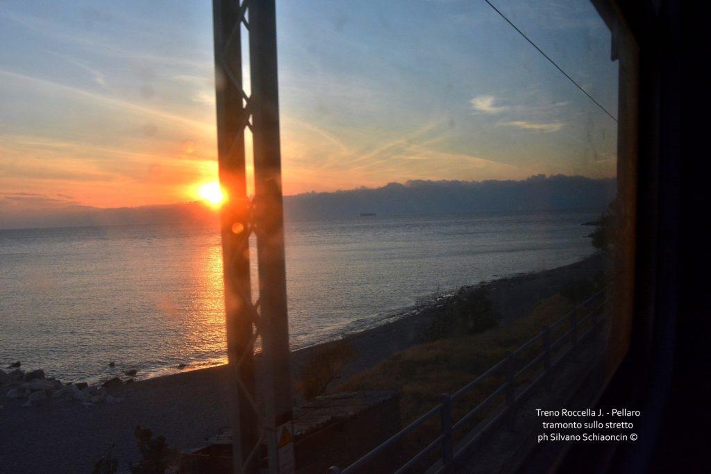 Da Pellaro (RC) a Roccella Jonica (RC): il mare visto dal finestrino del treno. Tramonto sullo stretto nei pressi di Bocale(RC).